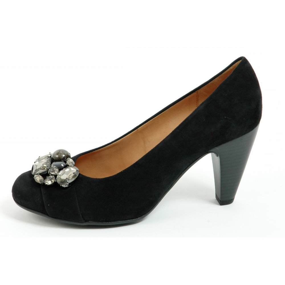 Garnet Hill women's shoes will help you put your best foot forward. We have women's shoes for every occasion. Step comfortably from day to day with our casual shoes or elevate your look with our women's dress shoes and heels.