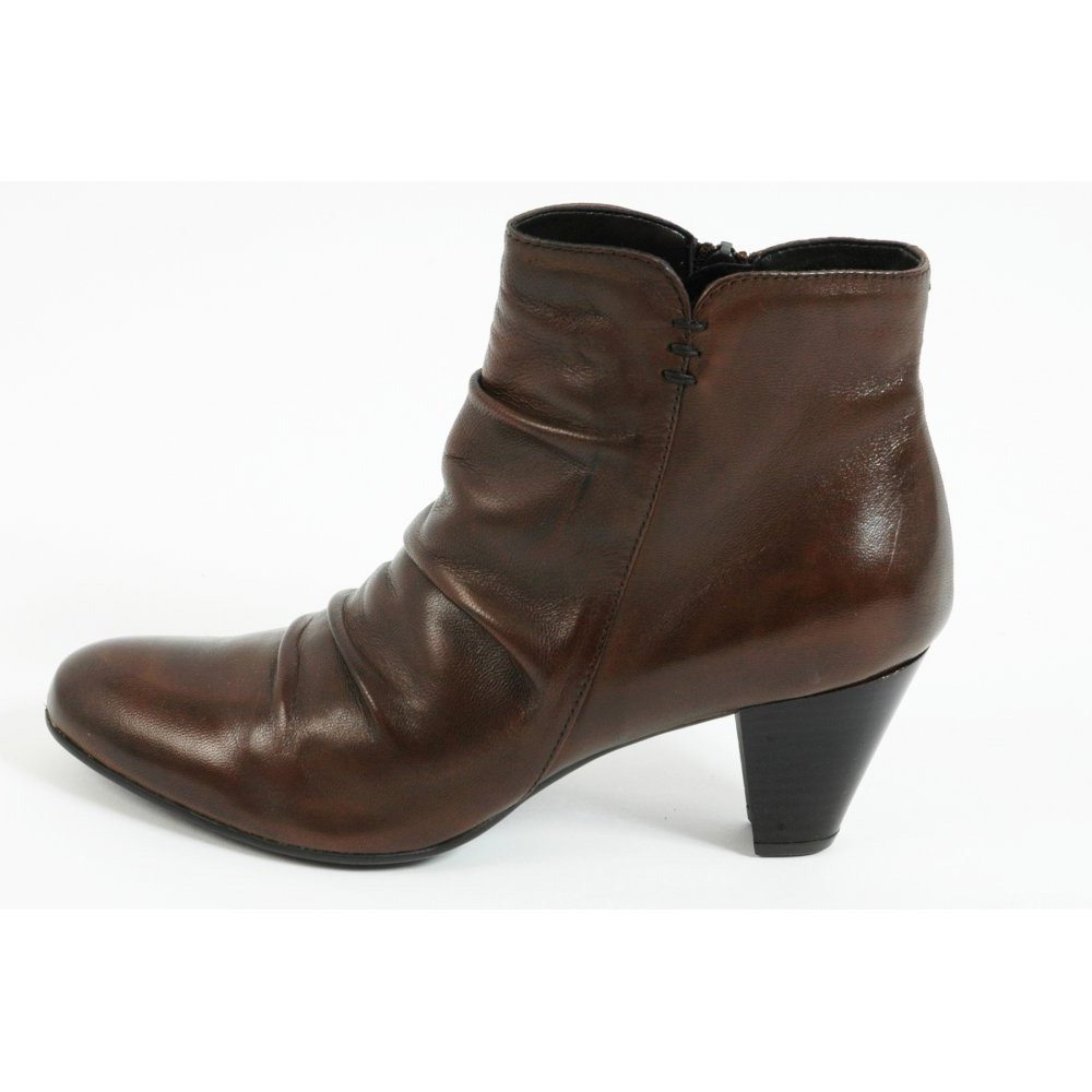 From a staple pair of women's leather ankle boots to a stunningly sexy over the knee boot, our selection of women's boots have the ability to transform you from daytime diva to sultry goddess. Enhance your workwear wardrobe by pairing up your stylish women's black leather boots with chunky tights and a statement necklace to beat those.