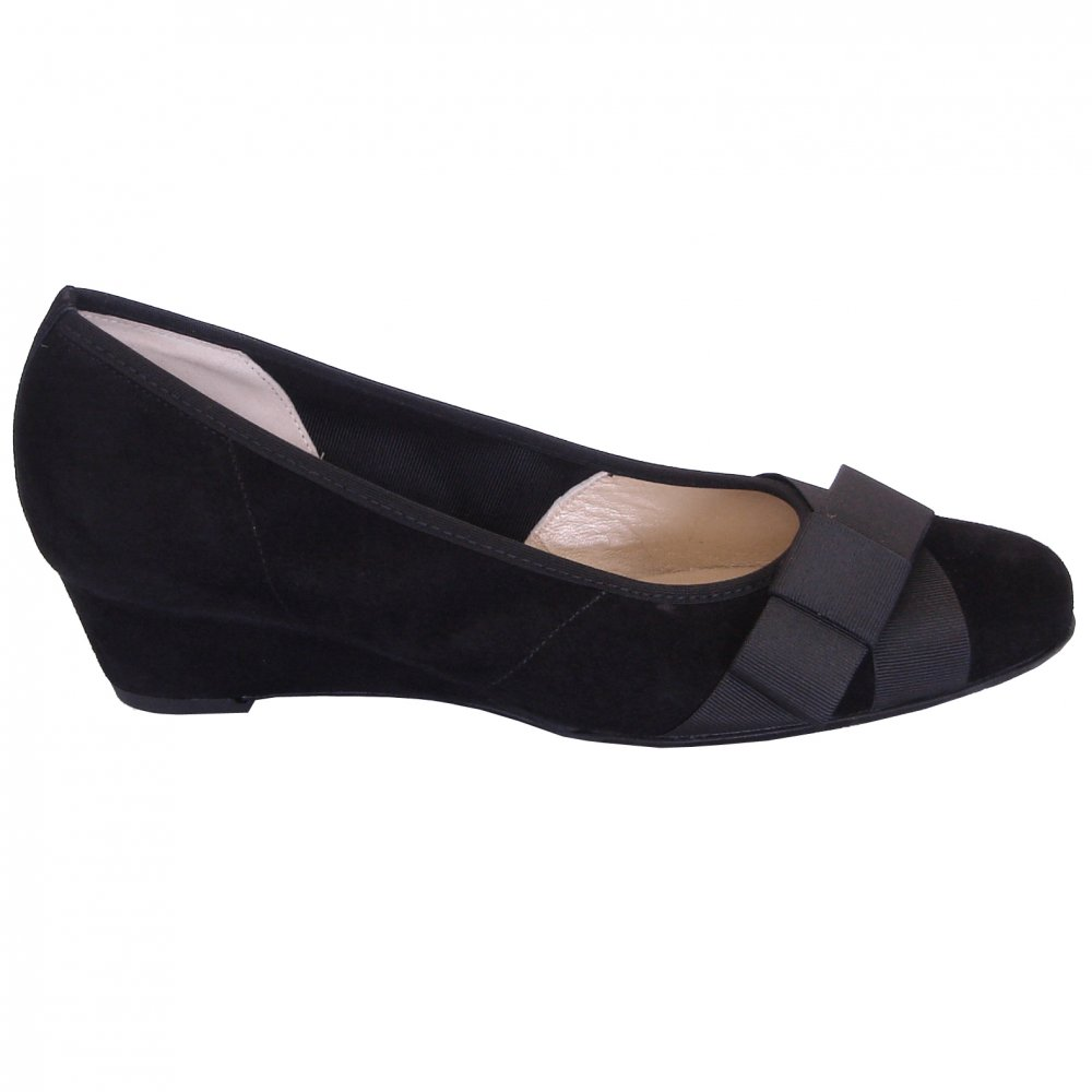 kaiser jasi low wedge pumps in black suede mozimo